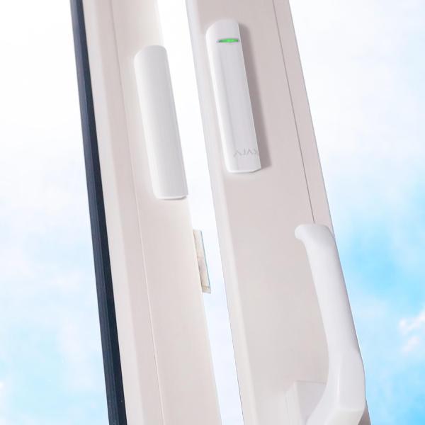 Le capteur d'ouverture déclenche vottre alarme Ajax dès qu'un intrus ouvre une porte ou une fenêtre